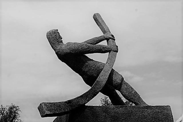 Rückschläge meistern wir am besten, indem wir selbsttätig den Heben benutzen, den wir haben. Auf dem Bild ist ein Kunstwerk aus Stein zur Veranschaulichung.